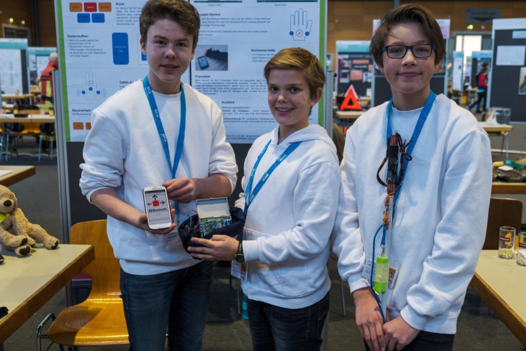 Blinden-Navigationshilfe? Sebastian Pa...Leevi Sobott (12) und Aurel Rasch (12)  | Foto: Ansgar Taschinski
