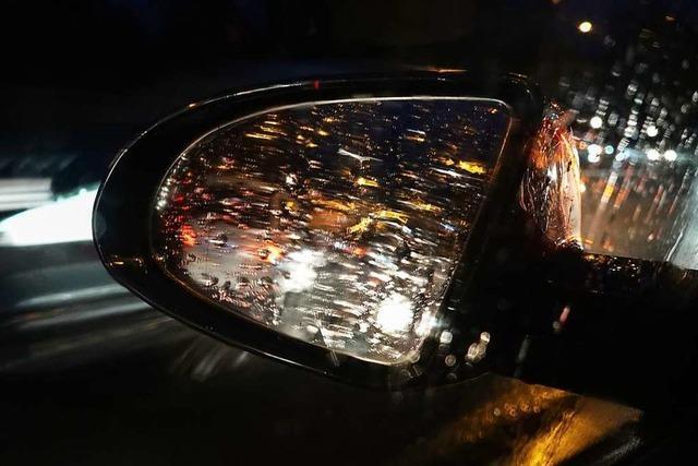 Außenspiegel an zwei Autos abgetreten