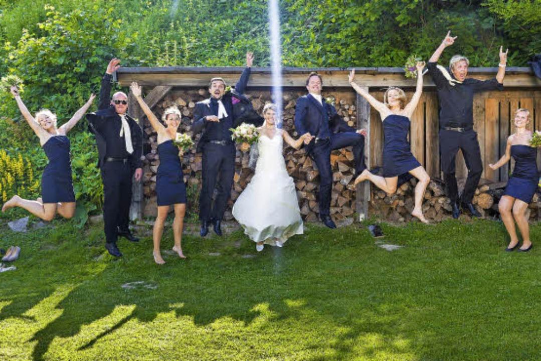 Jippie, wir gehören zusammen: Das Brau...tjungfern- und Trauzeugen-Outfits vor.  | Foto: Dominic Rock
