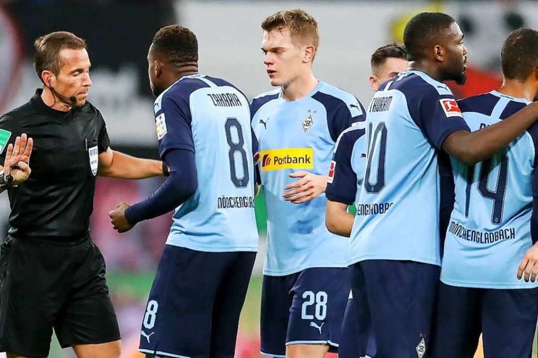 Diskussionen  in der Bundesliga: Kein ... Beispiel  für die kickenden Amateure.    Foto: Jan Woitas (dpa)