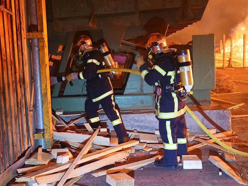 Viele Feuerwehrleute waren im Einsatz.  | Foto: Patrick Kerber