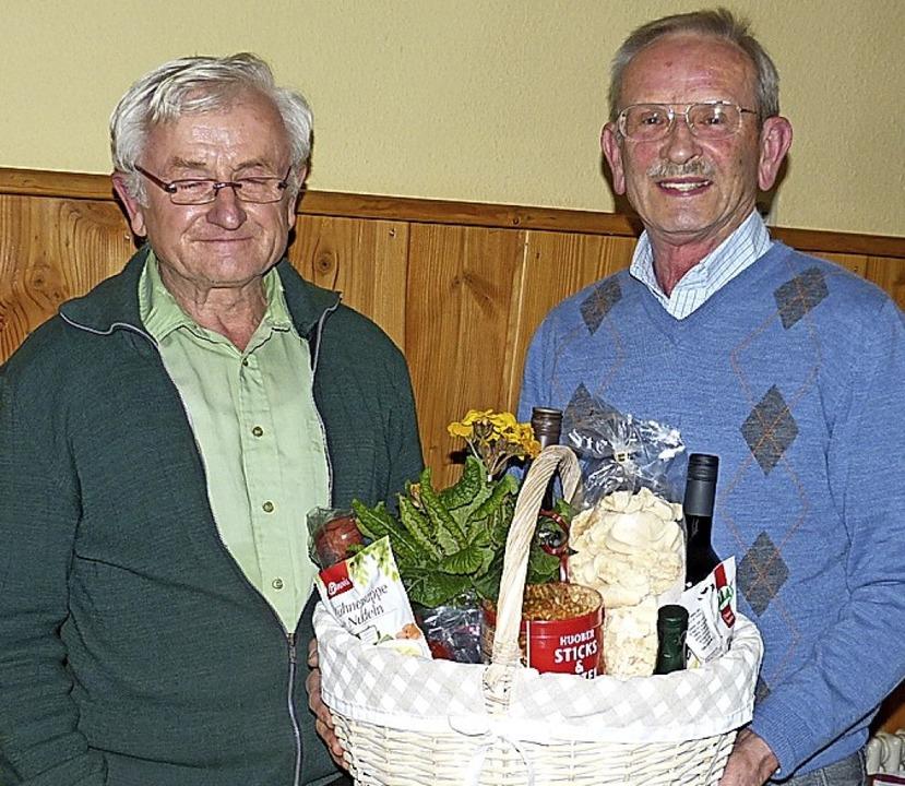 Michael Fuchs überreicht an Siegfried ...te um die  Landeck einen Geschenkkorb.  | Foto: Aribert Rüssel