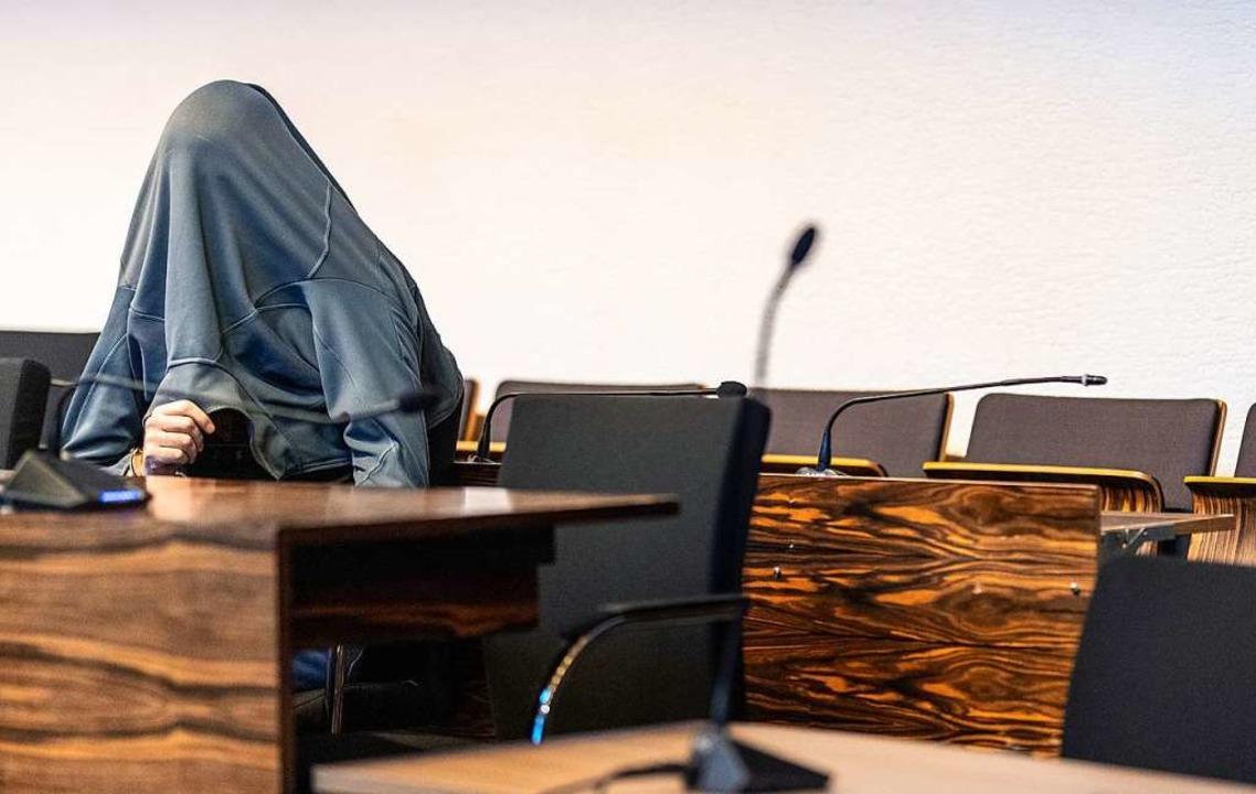 Der Angeklagte verhüllte Gesicht und Oberkörper zu Prozessbeginn.  | Foto: Patrick Seeger (dpa)