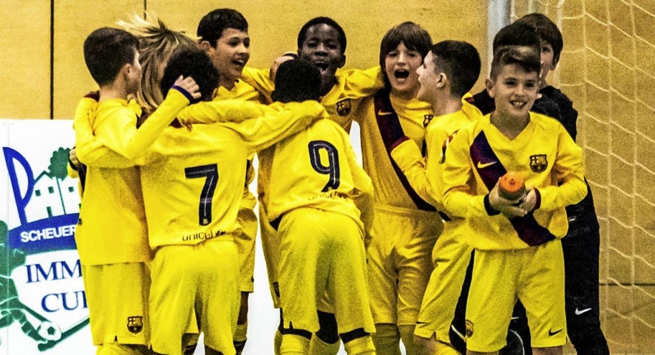 Kleine Kicker, große Freude: die U10 d...celona nach dem Finalsieg in der Halle  | Foto: Sebastian Sternemann