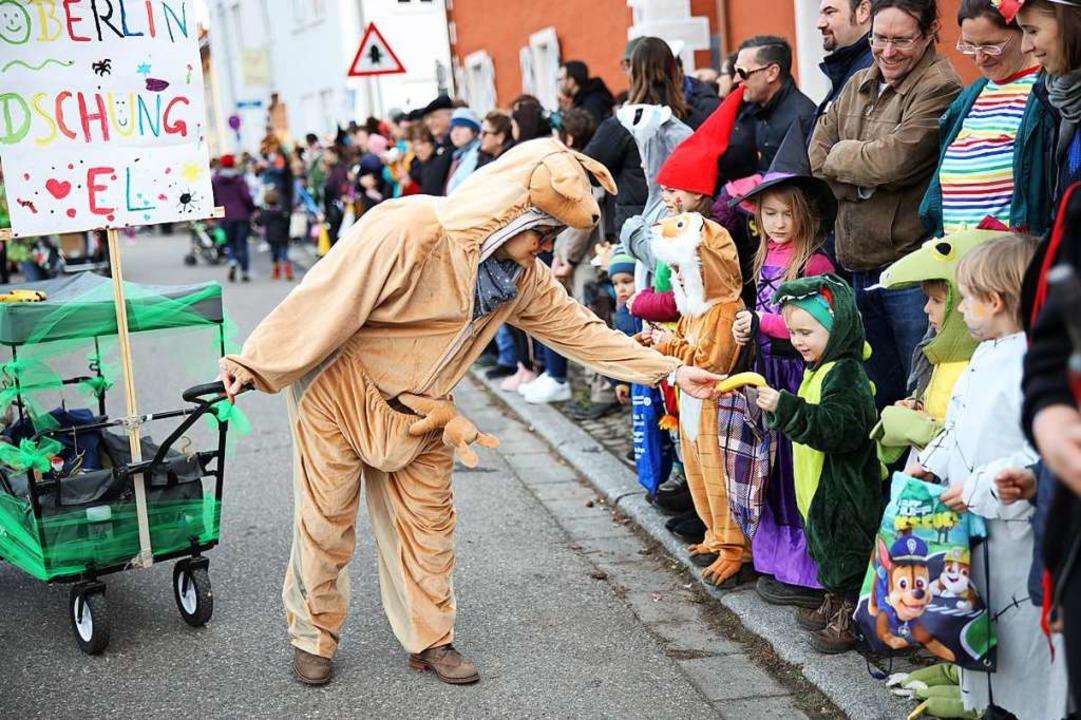 Tierisch ging's – getreu d...1; beim Umzug zu, auch am Straßenrand.  | Foto: Janos Ruf