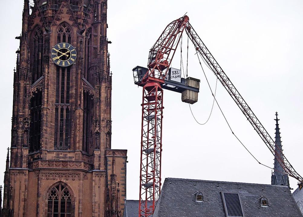 Der Kranausleger knickte in Frankfurt ab und krachte ins Dach des Doms.    Foto: Boris Roessler (dpa)