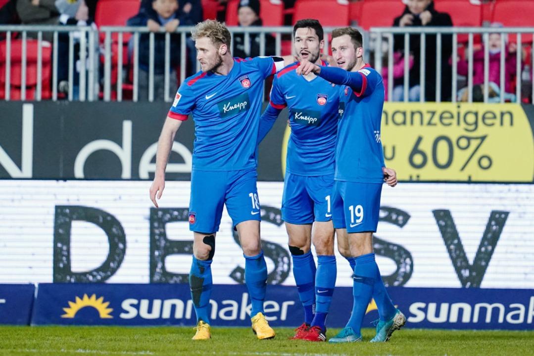 Jonas Föhrenbach (rechts) im Trikot de...FC Heidenheim. Mitte: Tim Kleindienst.  | Foto: Uwe Anspach (dpa)