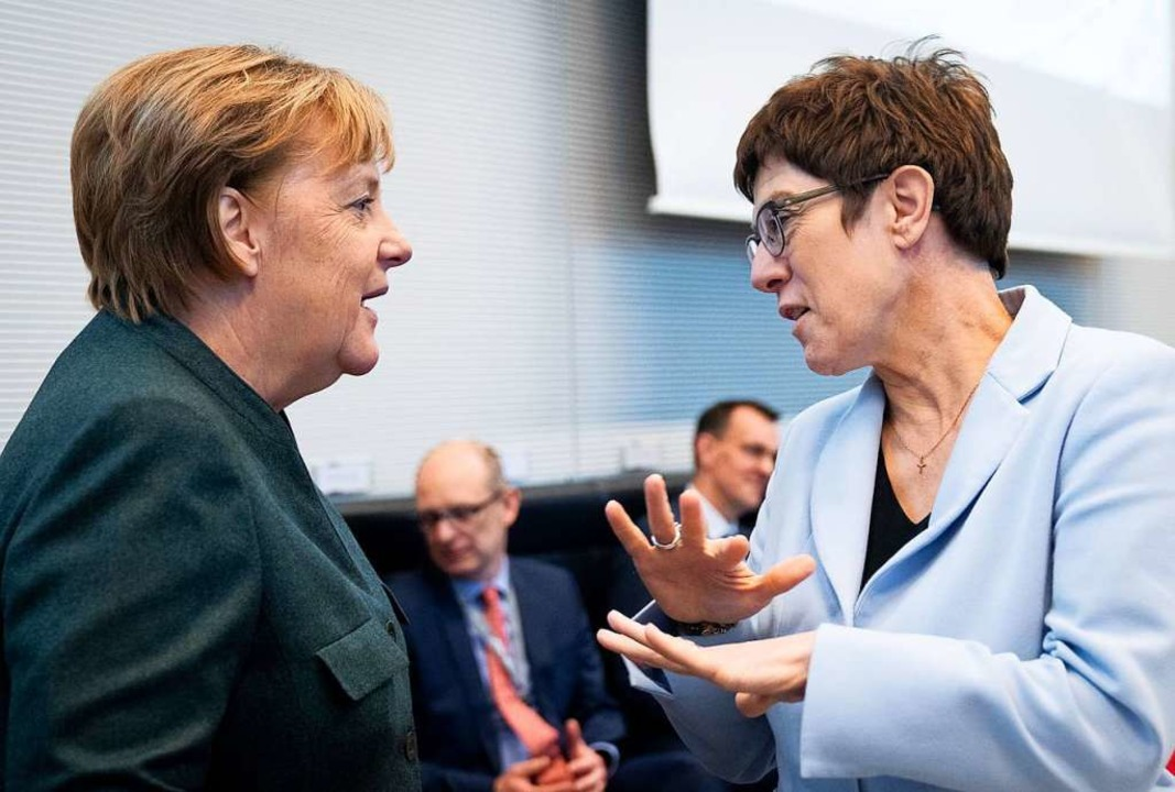 Kanzlerin Angela Merkel und Noch-CDU-V...de Annegret Kramp-Karrenbauer (rechts)  | Foto: Kay Nietfeld (dpa)