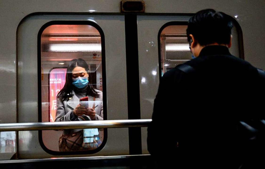 Passagiere in der U-Bahn von Shanghai ...sich mit Masken gegen das Coronavirus.  | Foto: NOEL CELIS (AFP)