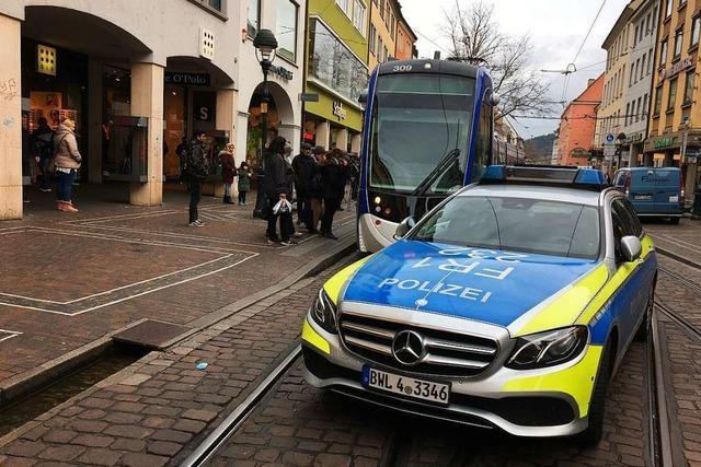 Polizei stoppt Straßenbahn mitten in Freiburg und nimmt Tatverdächtigen fest