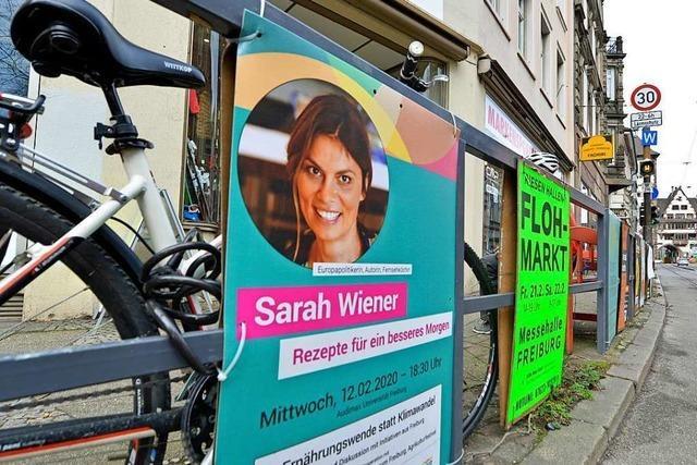 Unbekannter klaut 40 Plakate von Veranstaltung mit Sarah Wiener in Freiburg