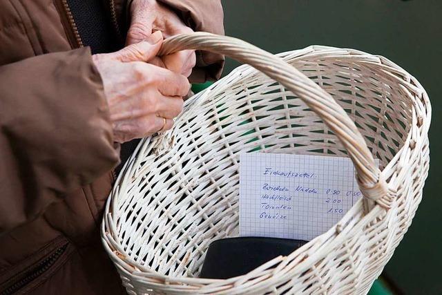 Freiwillige unterstützen in Heitersheim Senioren beim Einkaufen