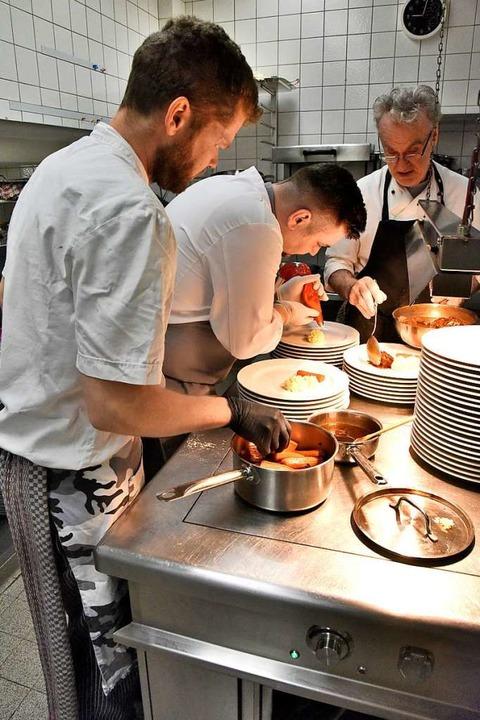 Hand in Hand arbeiten die Köche im Glottertal zum Wohl der Gäste.  | Foto: Markus Zimmermann
