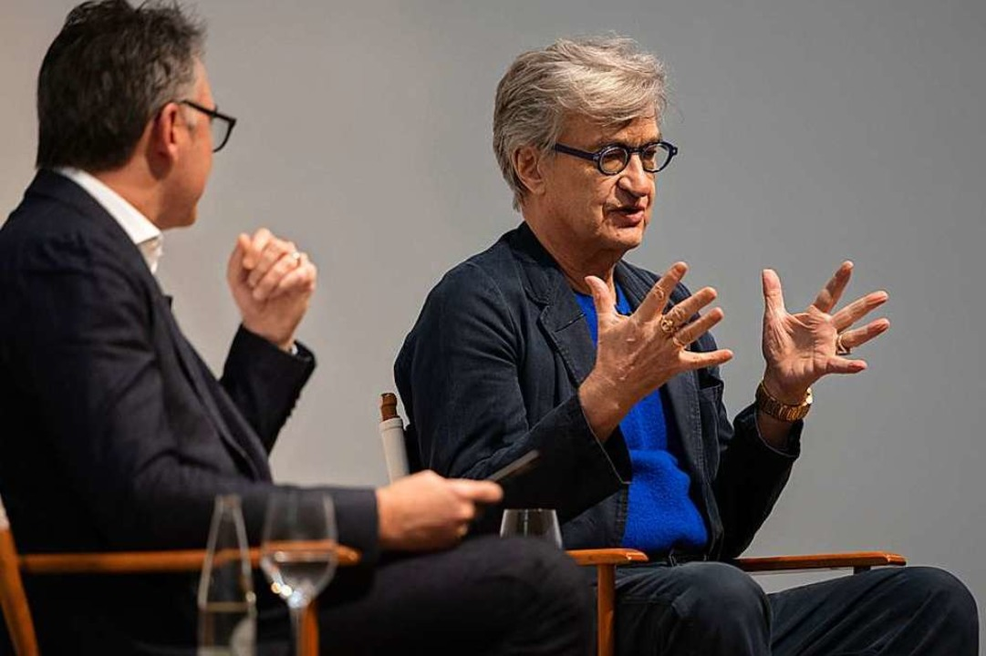Filmemacher Wim Wenders im Gespräch mi...eizer Filmhistoriker Christian Jungen.  | Foto: Mathias Mangold