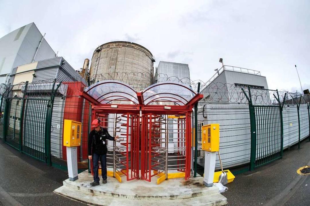 Ein Angestellter verlässt die Sicherheitszone des Atomkraftwerks in Fessenheim.  | Foto: afp