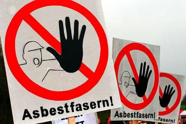 Geldstrafe für Handwerker, der Mitarbeiter ohne Schutzanzüge mit Asbestplatten hantieren ließ