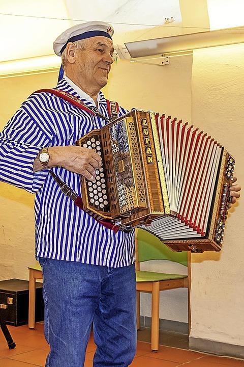 Musikus Hansjörg Dörflinger sorgte fürs Musikalische.  | Foto: Christiane Seifried