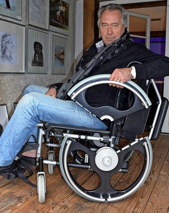 Der Staufener Erfinder Christian Czape...totyp seines teilbaren Rollstuhlrades.  | Foto: Gabriele Hennicke