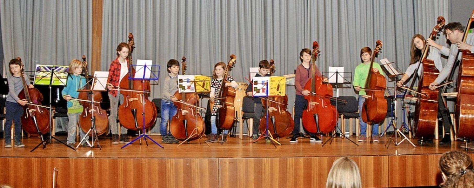 Kontrabass-Orchester unter Leitung von  Markus Lechner im Bad Krozinger Kurhaus   | Foto: Friederike Zimmermann (Jugendmusikschule Südlicher Breisgau)
