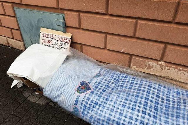 Aus Protest campiert ein Mann vor dem Polizeirevier − obwohl er nicht obdachlos ist