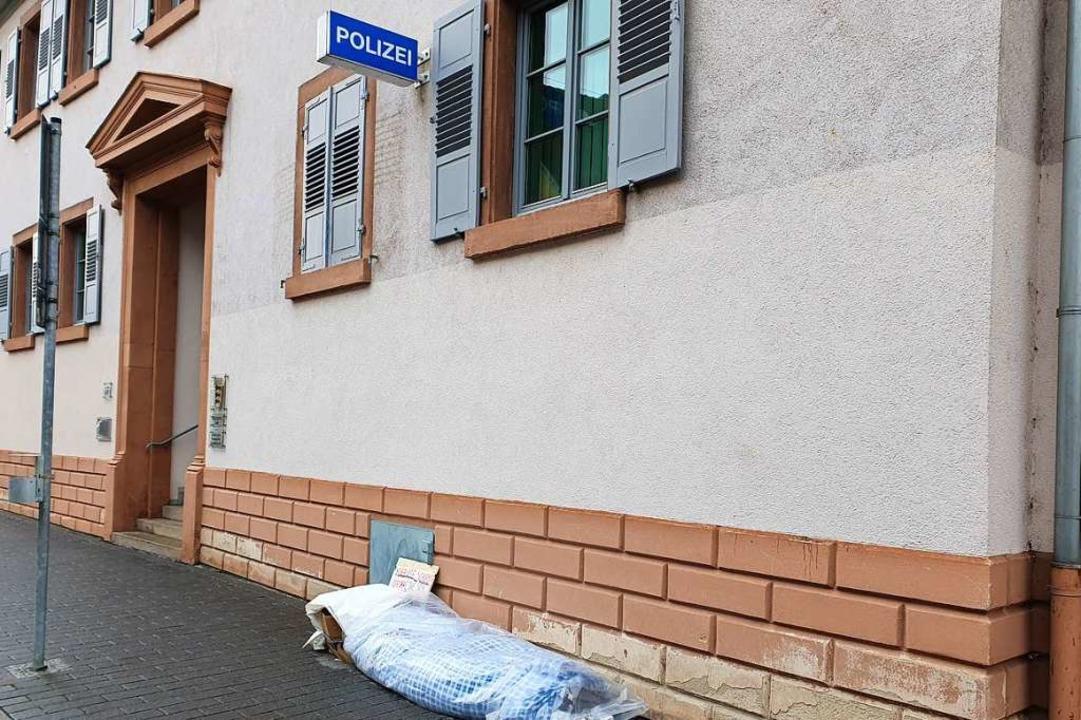 Das Lager des Mannes ist direkt vor dem Polizeirevier.  | Foto: Karl Kovacs