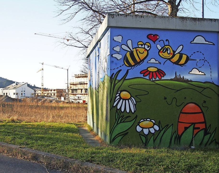 Für die Bienen geht die Idylle zu Ende...gesehen auf dem Stromhäuschen der EWK.  | Foto: Markus Donner