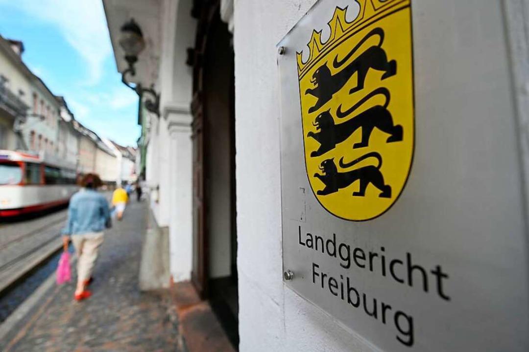 Seit Juni wird die mutmaßliche Gruppen...ng am Landgericht Freiburg verhandelt.  | Foto: Patrick Seeger