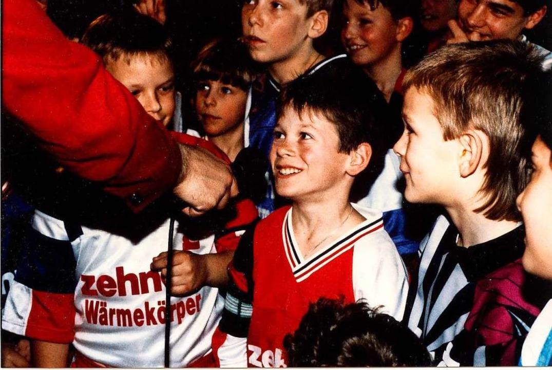 Sascha Riether aus Kuhbach (Mitte), sp...er, war 1993 als junger Kicker  dabei.  | Foto: privat