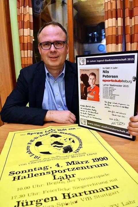 Organisator Stefan Wölfle mit dem Plak...m SC Freiburg, der 2015 zu Besuch war.  | Foto: Wolfgang Künstle