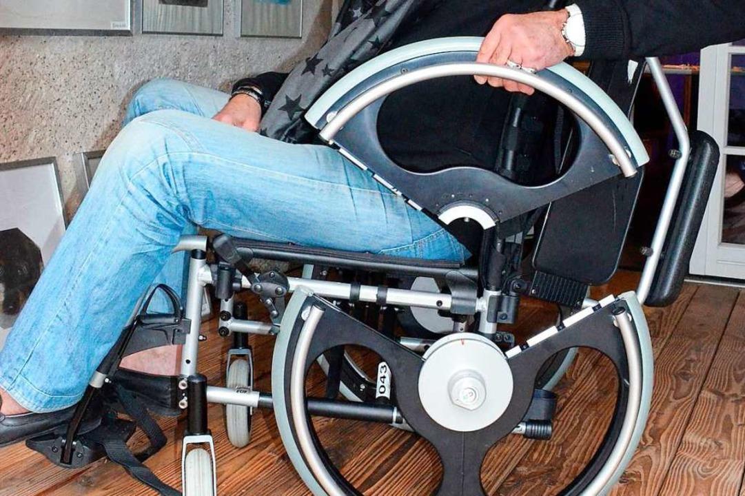 Durch das mit wenigen Handgriffen hera...dem Rollstuhl herausgehoben zu werden.  | Foto: Gabriele Hennicke