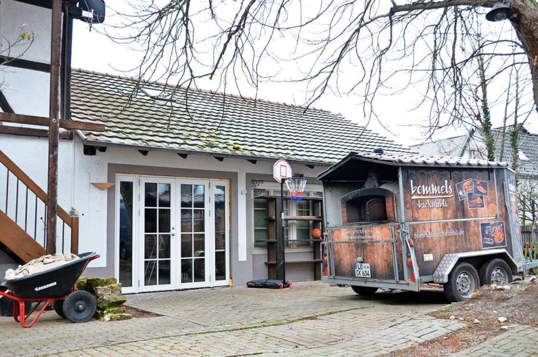 Das Lokal von außen, das Pizzamobil  (rechts) bleibt in Betrieb.  | Foto: Moritz Lehmann