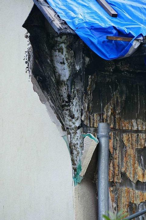 Was zwischen Putz und Mauerwerk verbau...cht das Löschen immer anspruchsvoller.  | Foto: Ulrich Senf