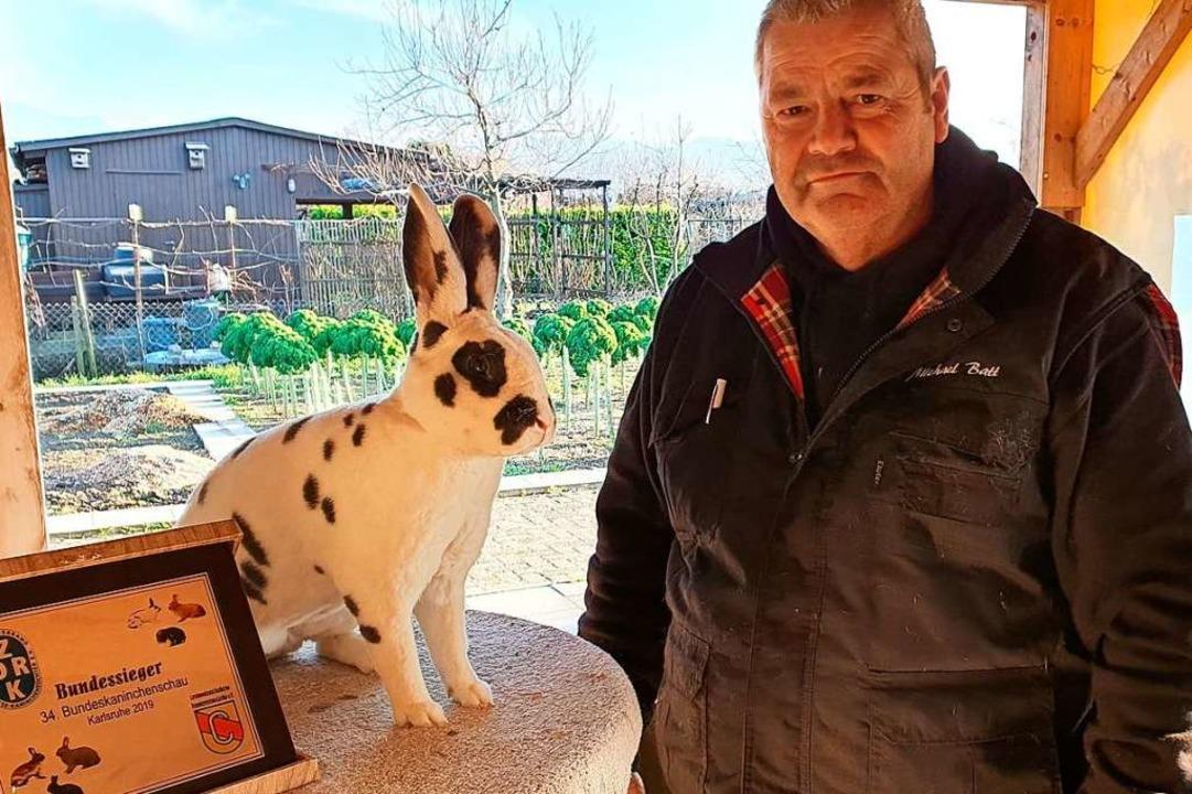 Kaninchenzüchter Michael Batt mit einem seiner Champions.  | Foto: Julius Wilhelm Steckmeister