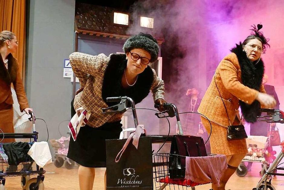 Der Narrenspiegel bot der Bad Säckinger Narrenzunft allen Grund zu feiern und die Akteure glänzten an drei Abenden vor vollem Haus mit humoriger Kurzweil. (Foto: Axel Kremp)