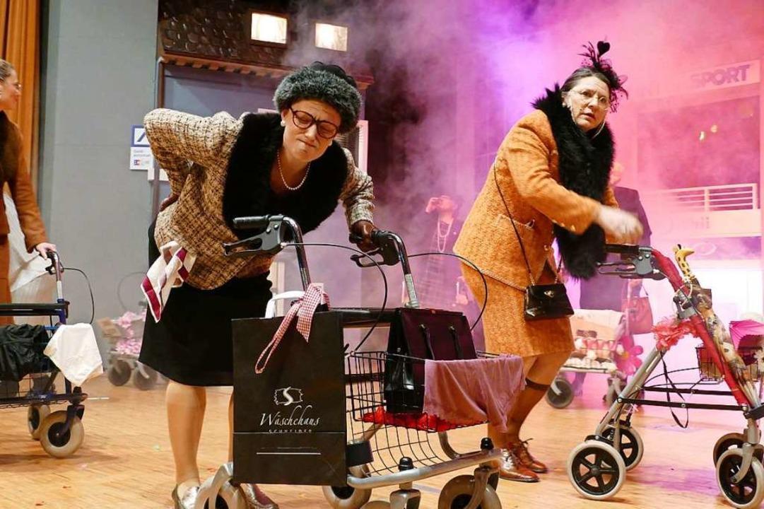 Rollator-Tänzchen mit den Maisenhardt-Joggele-Frauen  | Foto: Axel Kremp