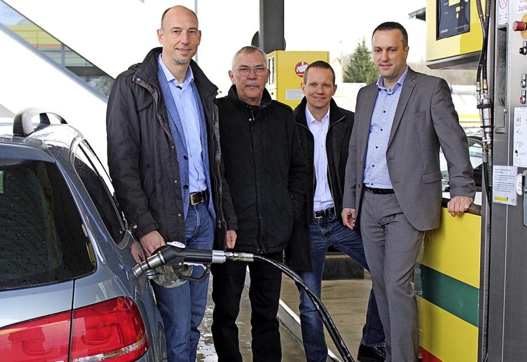 Björn Michel (von links), Karl-Otto Ri...ellten den neuen Bio-Kraftstoff  vor.   | Foto: Annika Sindlinger