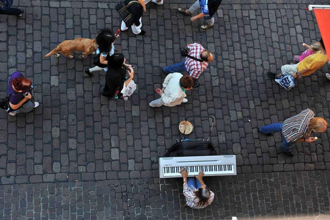 Eigentlich müssen Künstler alle 45 Min...den von Anwohnern und Geschäftsleuten.  | Foto: Rita Eggstein