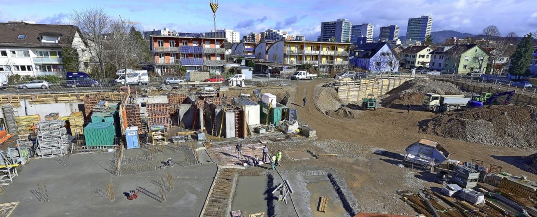 Auf der Großbaustelle im Gebiet Haid e...tte mit Wohnungen und Gewerbeflächen.   | Foto: Ingo Schneider