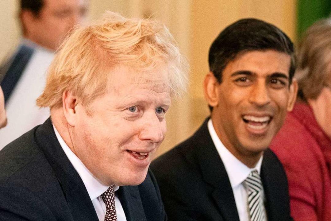 Kaum Widerspruch zu erwarten: Boris Jo...hi Sunak, seinem neuen Finanzminister.  | Foto: Matt Dunham (dpa)