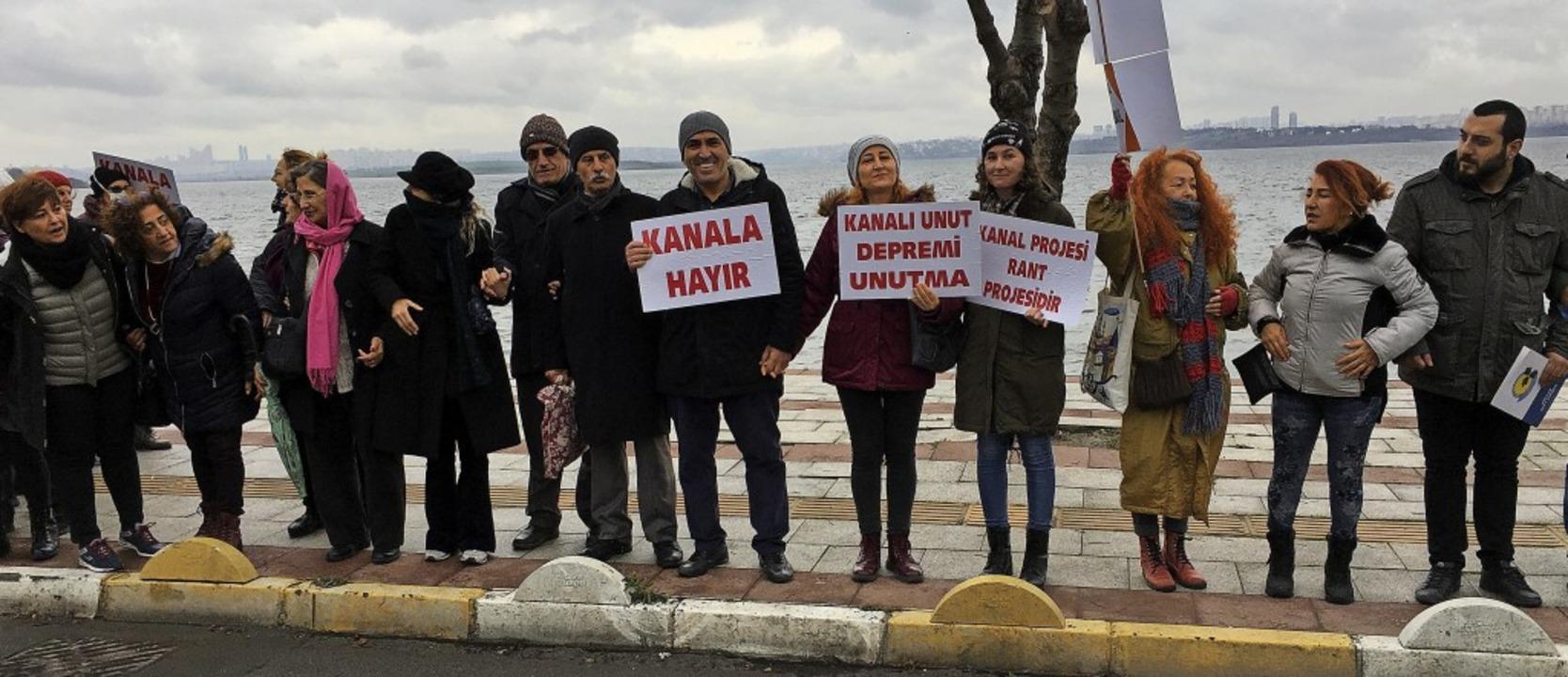Im Istanbuler Stadtteil Avcilar bildet...schenkette gegen den geplanten Kanal.     Foto: Gottschlich