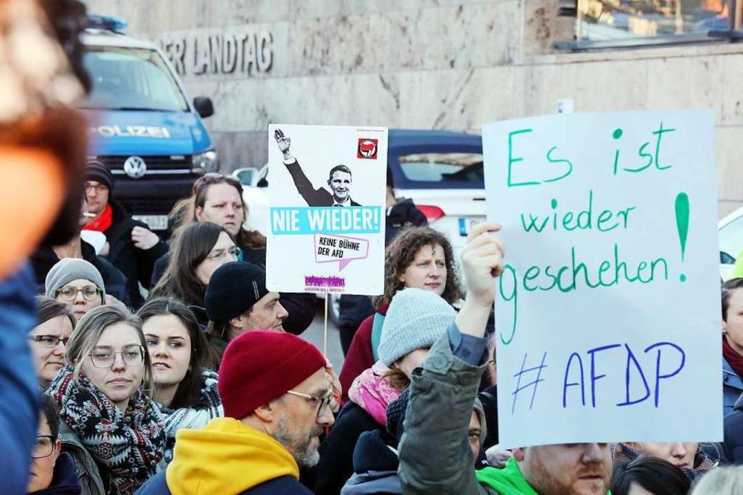 Proteste nach der Wahl des FDP-Politik...öcke-AfD zum Regierungschef in Erfurt.  | Foto: Bodo Schackow (dpa)
