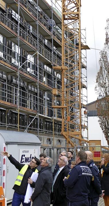 Erweitert und grundlegend saniert wird...der Schoch (Mitte) den Baufortschritt.  | Foto: Marius Alexander