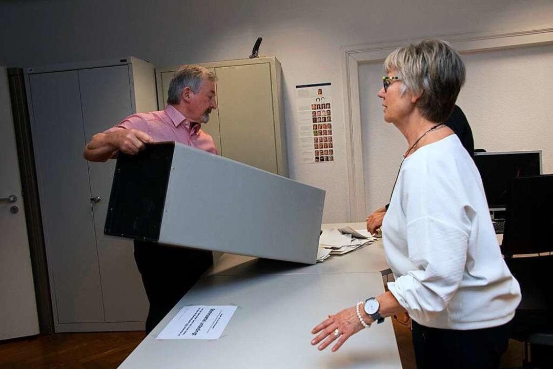 Auszählen in einer der Wahllokale im Rathaus.  | Foto: Volker Münch
