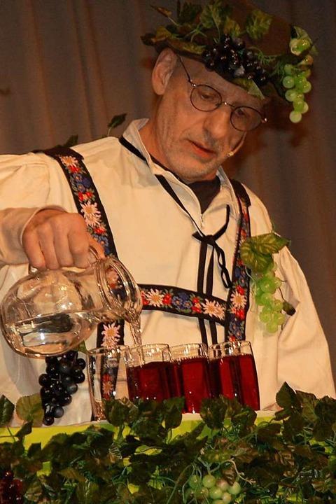 Hannes Vögle als Winzer und mit Weinprobe    Foto: Petra Wunderle