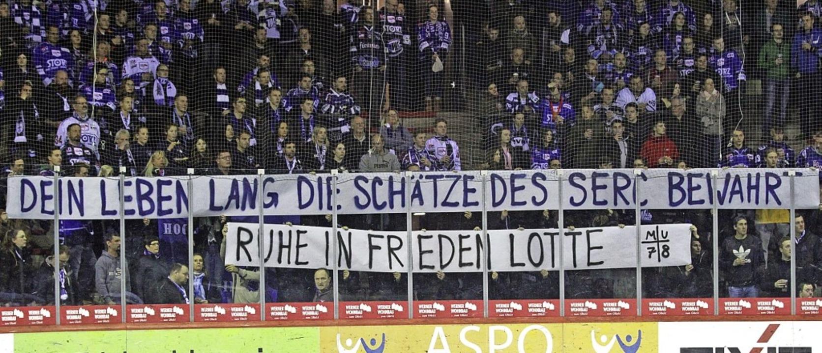 Die Schwenninger Fans erinnerten beim ...rlin verstarb im Alter von 93 Jahren.   | Foto: Dieter Reinhardt