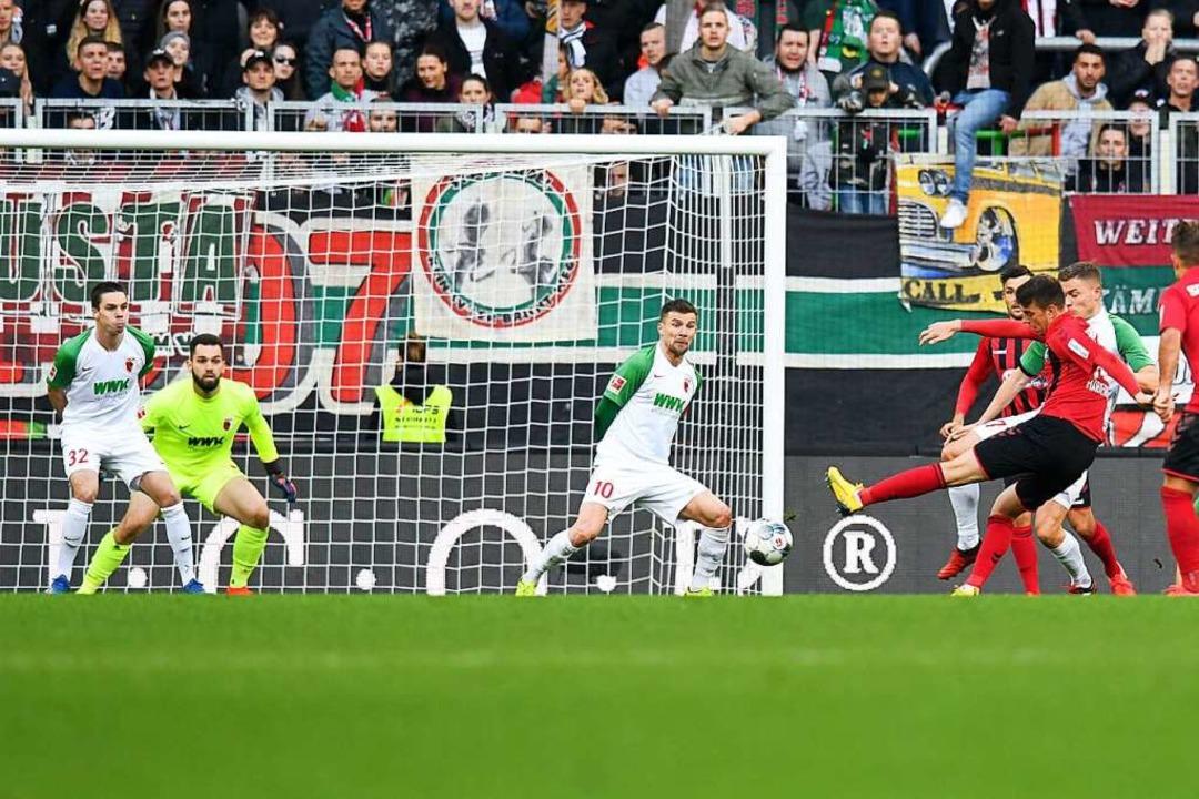 Genugtuung: Gegenspieler Daniel Baier ...e Janik Haberer den Ausgleich erzielt.  | Foto: Tom Weller (dpa)