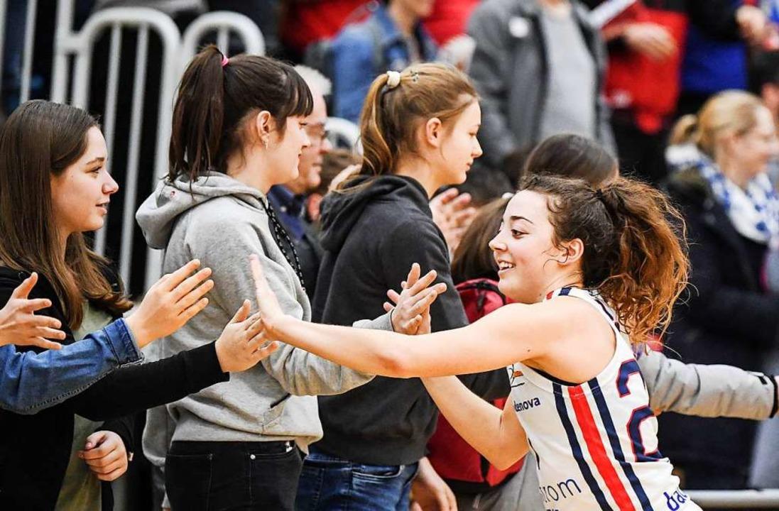 Abklatschen bei den Fans nach dem Sieg: USC-Spielmacherin Jessica Genco    Foto: Patrick Seeger