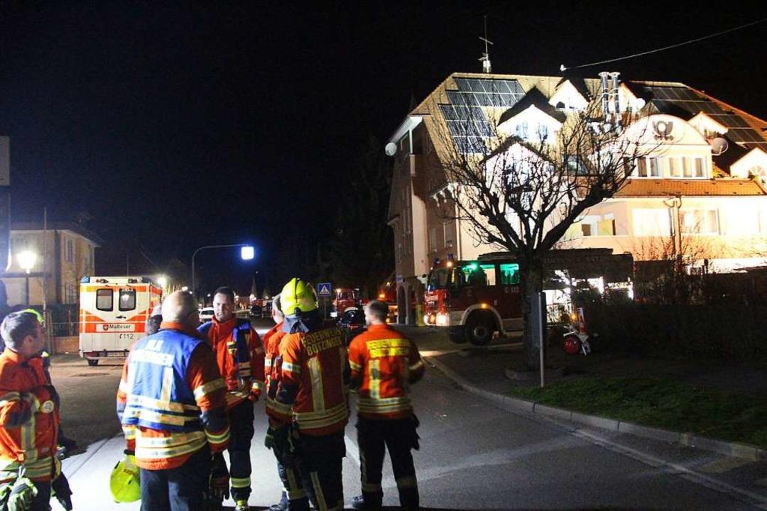 Einsatzkräfte vor dem Haus in der Gott...e, auf dessen Dach der Mann flüchtete.  | Foto: Horst David