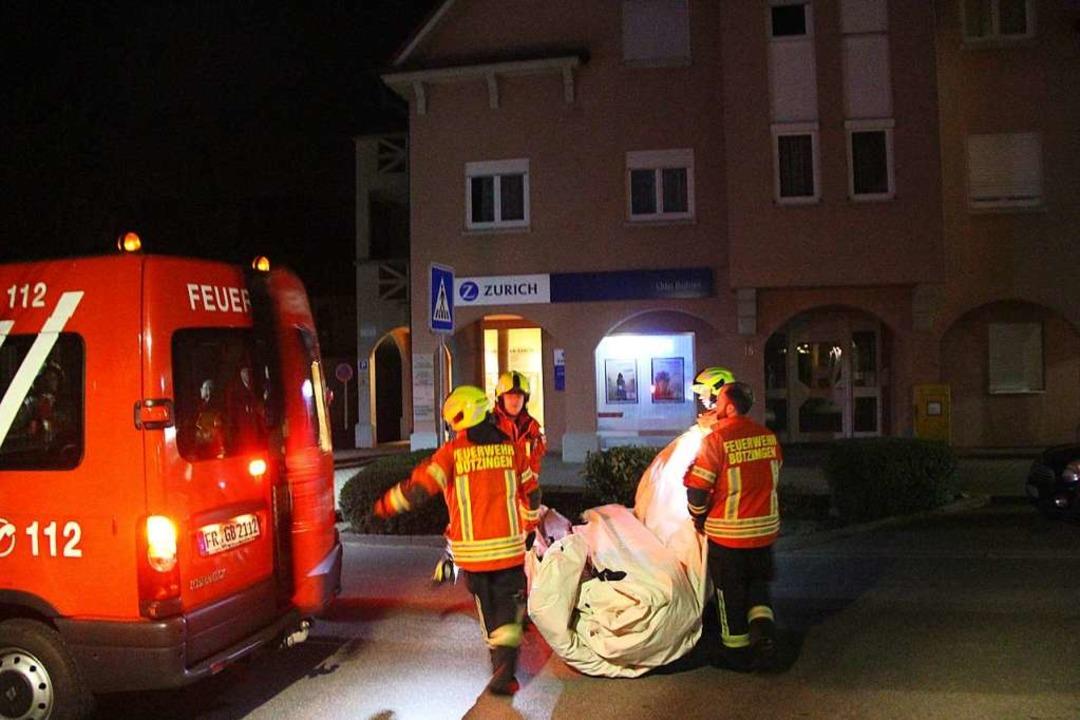 Die Feuerwehr baute vorsorglich Sprung...hme des Mannes wieder eingepackt wurde  | Foto: Horst David