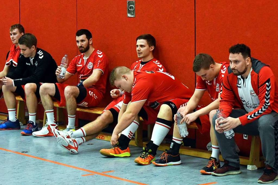 Tristesse in Rot: Die Handballer des H... und  Coach Michael Cziollek (rechts).  | Foto: Wolfgang Künstle